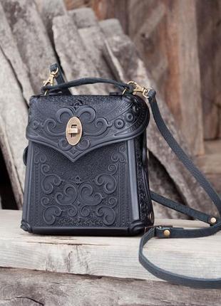 Сумка-рюкзак кожаная черная маленькая городская с орнаментом тиснение