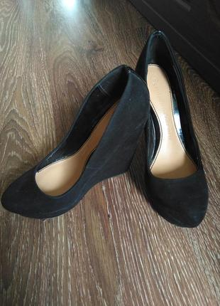 Жіночі стильні туфлі на танкетці. женские туфли