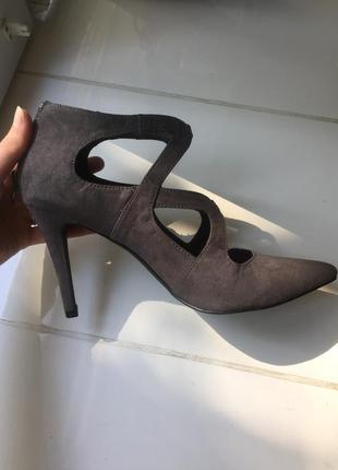 Туфлі на невисоких підборах від бренду la strada!