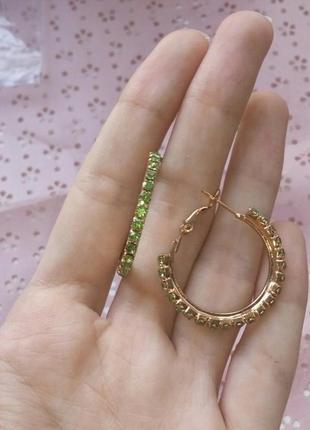 Серьги кольца с зелеными камнями