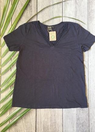 Нарядная футболка с декором для женщин