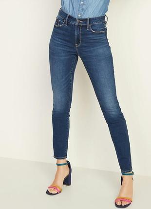 Темные джинсы скинни