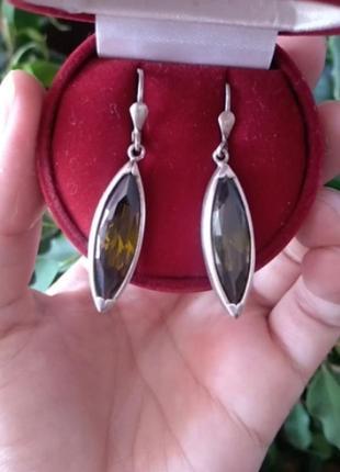 Серебряные серьги с камнями оливкового цвета