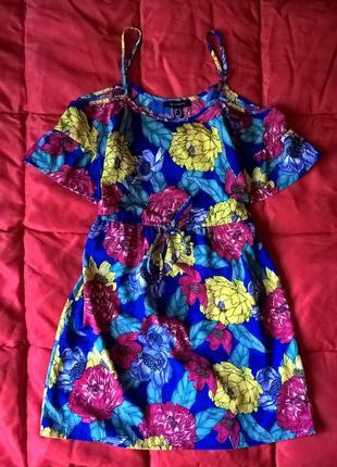 Яркое платье с оголенными плечами в цветочный принт