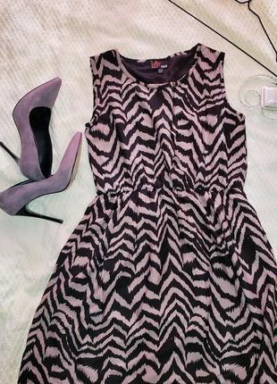 Платье с актуальным принтом