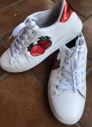 Кеды ,белые с красными клубничками, нарядные , 40