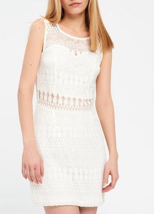 Белое, обтягивающие платье
