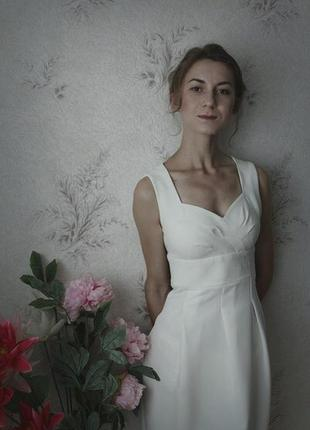 Изящное платье молочного цвета