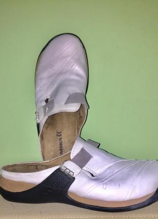 Легкие летние шлёпанцы с закрытым носком из натуральной кожи без каблука