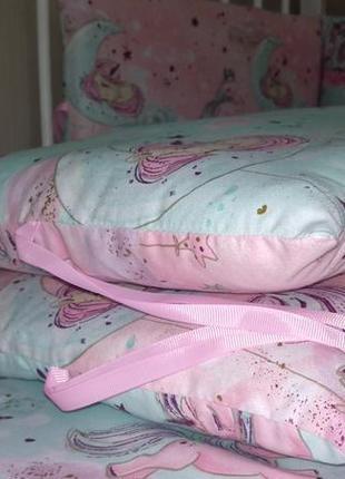 Бортики в детскую кроватку+пррстынка на резинке