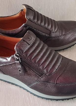 Кожаные новые кроссовки caprice 39 р.