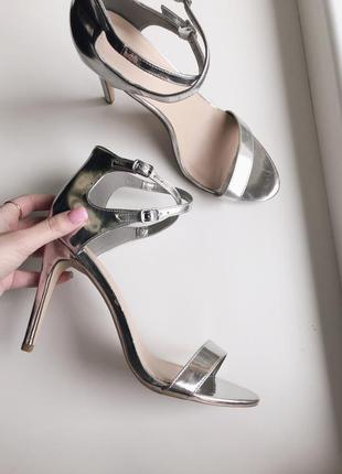 Нереально крутые босоножки на каблуке стального цвета зеркальные босоножки new look