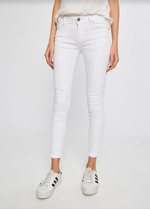 Белые джинсы скини only