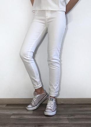 Белые джинсы, брюки