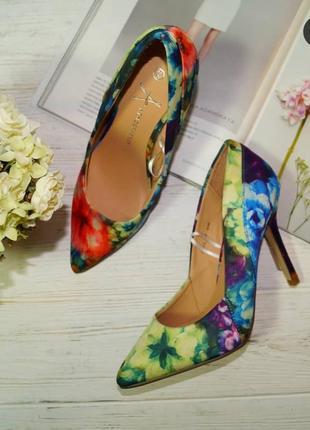Atmosphere. красивые туфли лодочки в цветочный принт