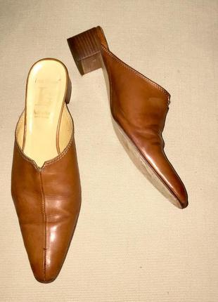 Босоножки шлёпанцы с закрытым зауженным носком из натуральной кожи на низком каблуке
