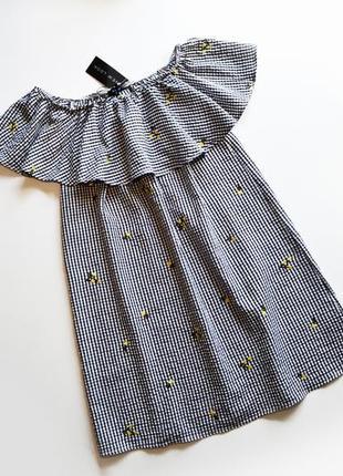 Летнее платье с открытыми плечами и с воланом