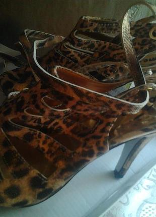 Леопардовые босоножки на каблуке