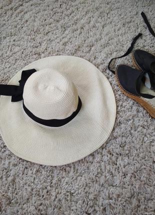 Актуальная стильная шляпа с широкими полями