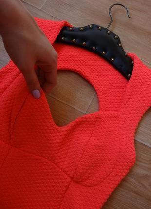 Неоново- розовое текстурное платье topshop сарафан