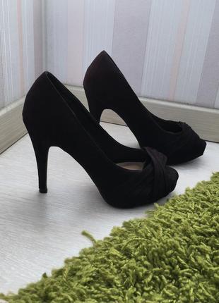Черные замшевые туфли с открытым носочком 37