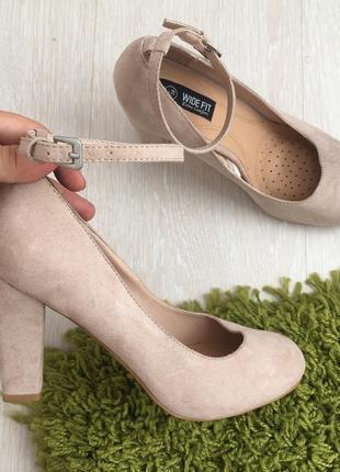 Новые бежевые замшевые туфли на устойчивом каблуке 38 размер