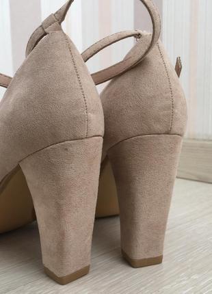 Новые бежевые замшевые туфли на устойчивом каблуке 38 размер8 фото