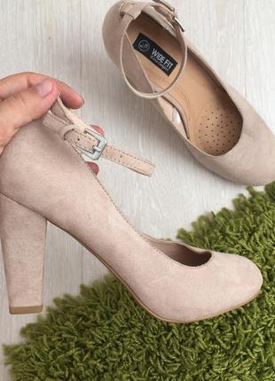 Новые бежевые замшевые туфли на устойчивом каблуке 38 размер3 фото