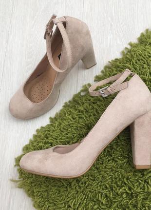Новые бежевые замшевые туфли на устойчивом каблуке 38 размер6 фото