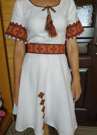 Вышитое вручную лляное платье