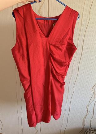 Красное шелковое платье