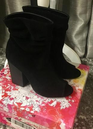 Очаровательные замшевые ботиночки chinese laundry с открытым носком