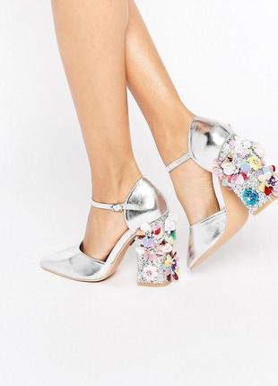 Очень крутые серебренные туфли-лодочки с шикарным каблукам daisy street
