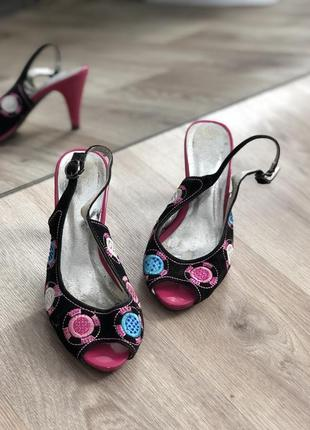 Босоножки на невысоком каблуке , под замш.