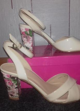 Лаковые босоножки на цветочном каблуке