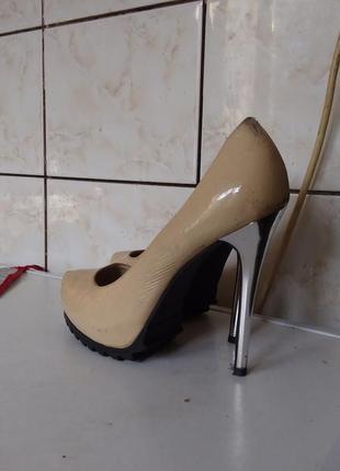 Туфли на высоком каблуке известного бренда