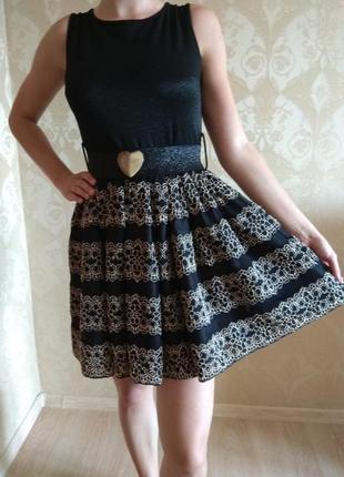 Оригинальное платье с пышной юбкой