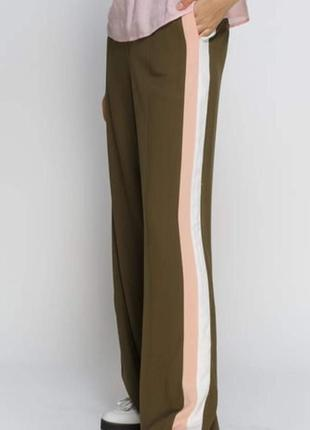 Широкие брюки с лампасами и высокой посадкой