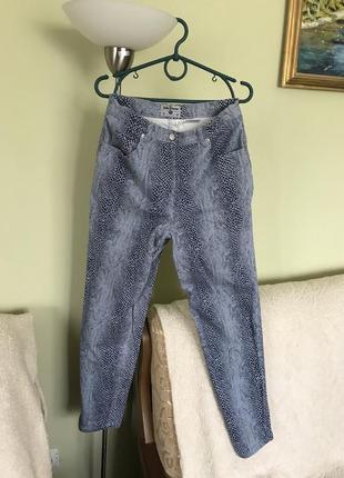 Стрйчевые джинсы с змеиным принтом