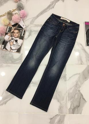 Потертые стильные джинсы прямого кроя слим