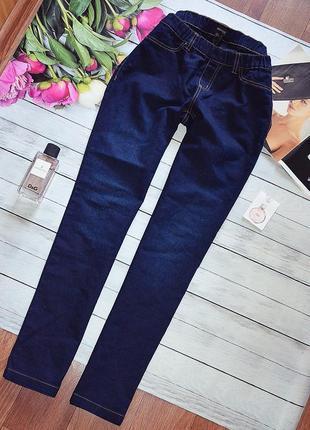 Стильные базовые джинсы