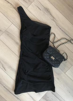 Чёрное маленькое платье на одно плечо