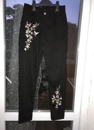 Джинсы с вышивками, брюки с вышивкой
