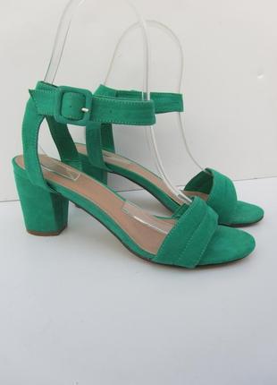 Босоножки  с пояском приятного зеленого цвета