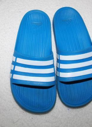 Шлёпанцы фирмы adidas размер к3 (наш 35)