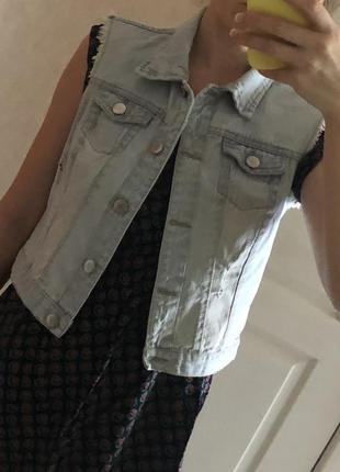 Короткая джинсовая  жилетка с потертостями