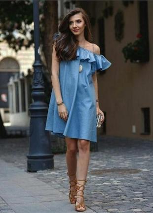 Джинсовое платье с воланом и откритыми плечами и карманами плаття сукня