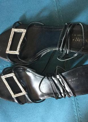 Босоножки на шнурке