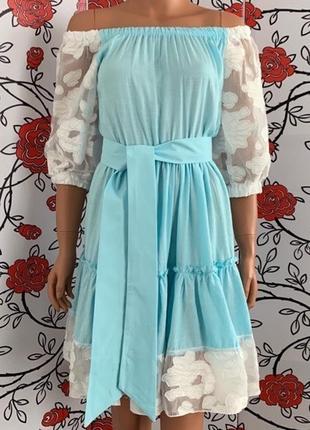 Голубое платье с воланами и гипюром