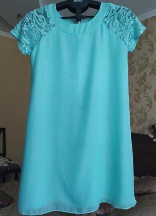 Свободное бирюзовое шифоновое платье с кружевными рукавами